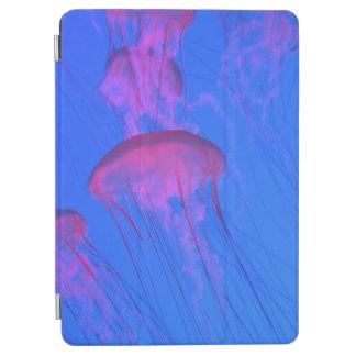 Cubierta De iPad Air Pescados de jalea rosados en el mar del azul de