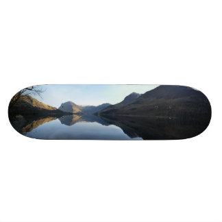 Cubierta del monopatín del paisaje del lago