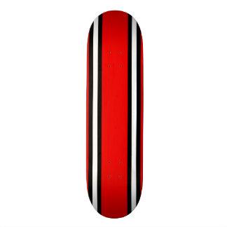 Cubierta negra y blanca roja del monopatín de las