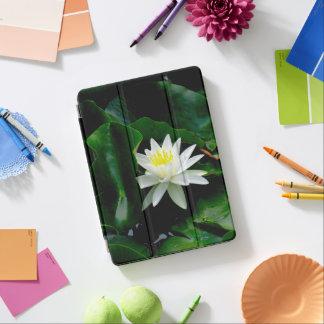 Cubierta Para iPad Pro Lirio de agua blanca en las hojas esmeralda