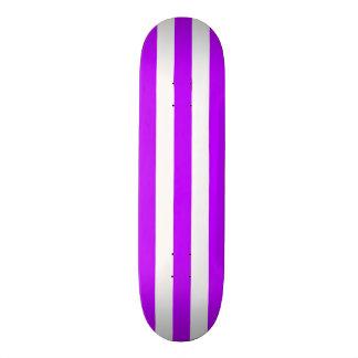 Cubierta púrpura y blanca del monopatín de la raya