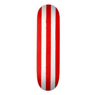 Cubierta roja y blanca del monopatín de la raya
