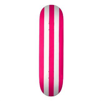 Cubierta rosada y blanca del monopatín de la raya
