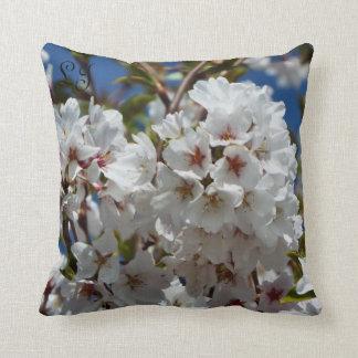 Cubierto con la almohada de los flores añada sus