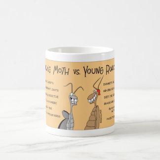 Cucaracha contra polilla taza de café