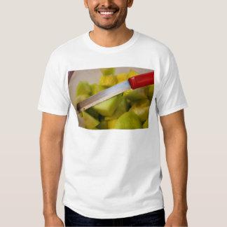 Cuchillo y fruta cortada camisetas
