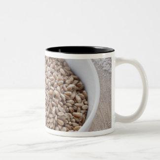 Cuenco de grano de cereal y montón de la pasta taza de café