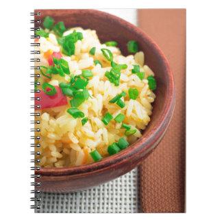 Cuenco de madera de arroz y de verduras cocinados cuaderno