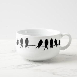 Cuenco De Sopa Pájaros en un alambre en color de fondo editable