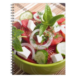 Cuenco verde con el vegetariano sabroso y sano cuaderno