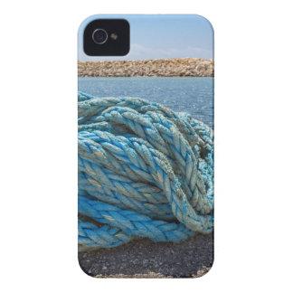 Cuerda azul en espiral del amarre en el agua en la carcasa para iPhone 4
