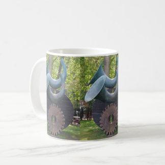 Cuernos y taza del café con leche del engranaje