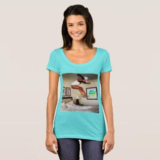 Cuerpo que practica surf con la diosa camiseta