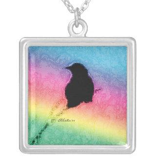 Cuervo con el arco iris collar plateado