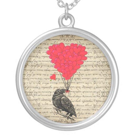 Cuervo del vintage y globos en forma de corazón colgante personalizado