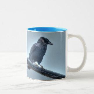 Cuervo negro en una línea eléctrica gótica, céltic tazas de café