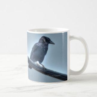 Cuervo negro en una línea eléctrica gótica, céltic taza de café