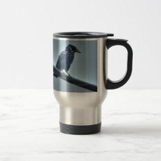 Cuervo negro en una línea eléctrica gótica, céltic taza