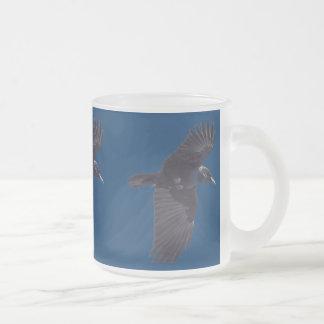 Cuervo negro que vuela gótico, céltico, Wiccan Tazas