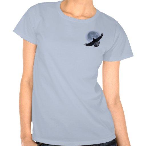 Cuervo negro que vuela que abraza el arte de la lu camisetas