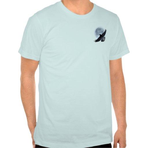 Cuervo negro que vuela que abraza la camiseta de l