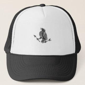 Cuervo que agarra el tatuaje roto de la flecha gorra de camionero