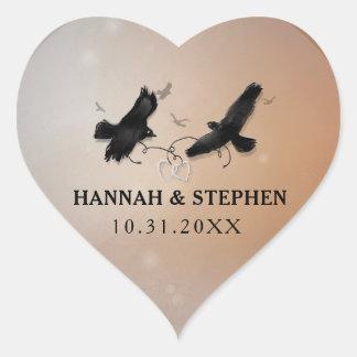 Cuervos de Halloween con los corazones que casan Pegatina En Forma De Corazón