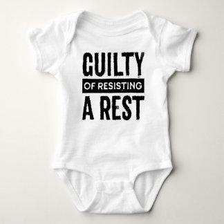 Culpable de resistir una camisa del niño del resto