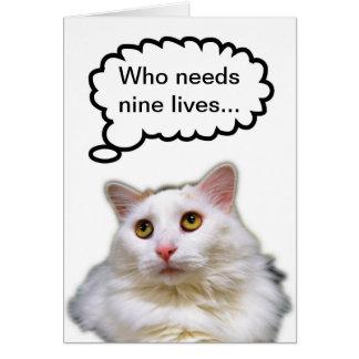 Cumpleaños blanco del gato nueve vidas tarjeta de felicitación