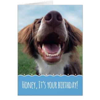 Cumpleaños de la esposa, perro feliz con sonrisa tarjeta de felicitación