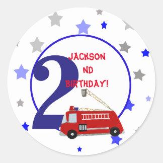 Cumpleaños del ejemplo del firetruck de los niños pegatina redonda