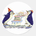 Cumpleaños del pingüino etiqueta redonda