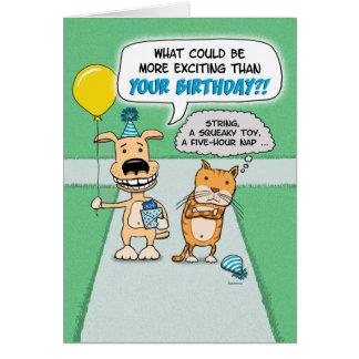 Cumpleaños divertido: Perro feliz y gato gruñón Tarjeta De Felicitación