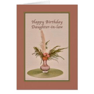Cumpleaños, nuera, florero de rosas y helechos tarjeta de felicitación