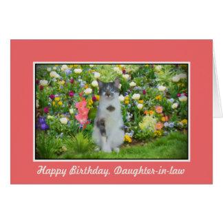 Cumpleaños, nuera, gato entre las flores tarjeta de felicitación