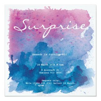 Cumpleaños púrpura y azul de la sorpresa del invitación 13,3 cm x 13,3cm