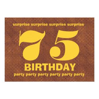 Cumpleaños V007 de la sorpresa de Brown y del oro Invitación Personalizada