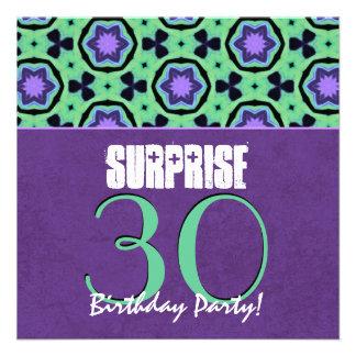 Cumpleaños V2 de la SORPRESA de la púrpura y de la Invitación Personalizada