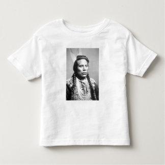 Curley, de la tribu del cuervo, uno de los camisetas