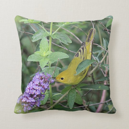 Curruca amarilla y flores púrpuras cojín decorativo