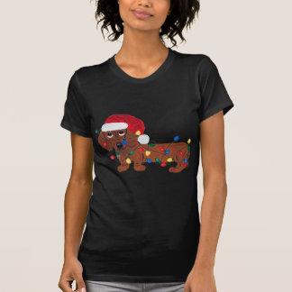 Dachshund enredado en las luces de navidad (rojas) camisetas