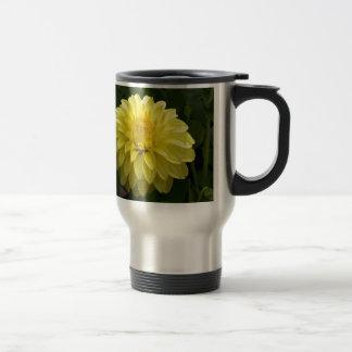 Dalia amarilla en productos múltiples taza de viaje de acero inoxidable