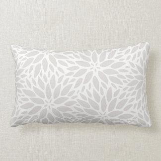 Dalias elegantes grises y almohada lumbar blanca
