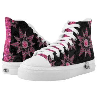 Damasco negro y zapatos rosados del brillo