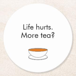 Daños de la vida. ¿Más té? -- cita del té Posavasos Personalizable Redondo