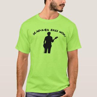 Dar una palmada al hombre bajo camiseta
