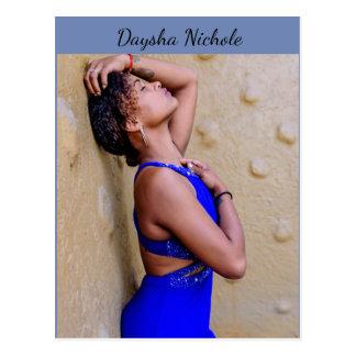 Daysha Nichole, en vestido azul, postal