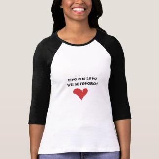 Dé el amor con la camiseta del corazón