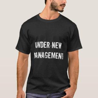 Debajo de la camiseta para hombre del nuevo boda