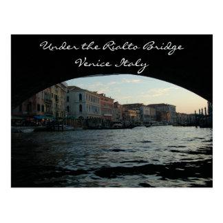 Debajo del puente Venecia Italia de Rialto Postal